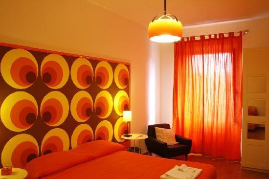 Dormitorio de color naranja.