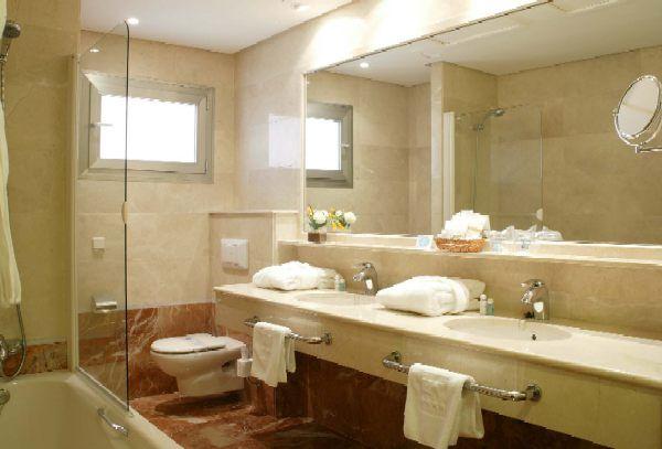 Como decorar una habitaci n matrimonial peque a for Muebles de cuarto de bano grandes