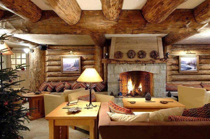decoración interior casas rusticas:El uso de la piedra va perfecto en combinación con los troncos, y